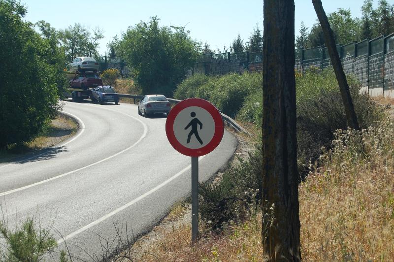 Prohíbición de la circulación peatonal por el puente sobre la N-IV, en la carretera de Pinto a San Martín de la Vega.